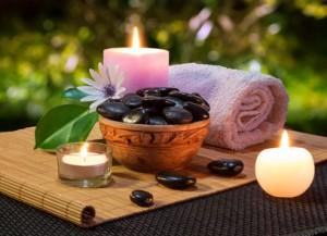 vaso di pietre nere e candele su stuoia
